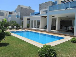 Luxury 4 Bed Villa - Private Pool & Garden - Side vacation rentals