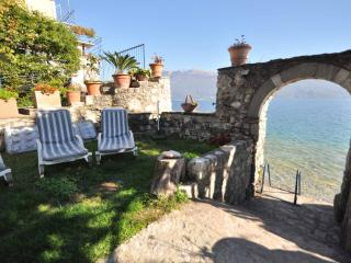 Bright 1 bedroom Gargnano Apartment with Parking - Gargnano vacation rentals