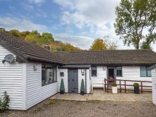 BELLCROFT, detached bungalow, two woodburners, en-suite, pet-friendly, enclosed garden, in Wrexham, Ref 927997 - Wrexham vacation rentals
