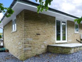 CHARLOTTE, ground floor, lawned garden, off road parking, Haworth Ref 929401 - Haworth vacation rentals