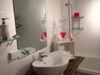 West end groovy air con unit sleeps up to 5 - Brisbane vacation rentals