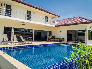 Beautiful 3 BR Pool Villa - Sleeps 6/8 - 5 mins from Rawai & Nai Harn beaches - Rawai vacation rentals