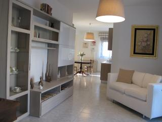 Romantic 1 bedroom Caltagirone Condo with Elevator Access - Caltagirone vacation rentals