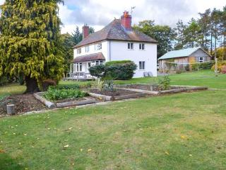 HILLSIDE, detached family home, woodburners, enclosed garden, pet-friendly, in Church Stoke, Ref 921217 - Church Stoke vacation rentals