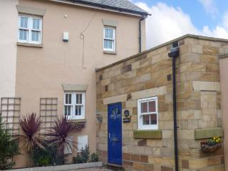 RAZORBILL COTTAGE, mews property, en-suite, balcony, parking, courtyard, in Whitby, Ref 927064 - Whitby vacation rentals