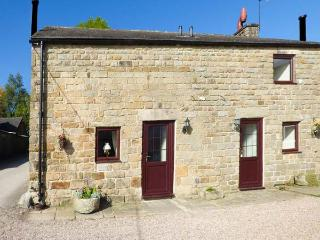 RAMBLER'S COTTAGE, stone-built, large lawned garden, pet-friendly, walks from door, in Matlock, Ref 929053 - Matlock vacation rentals