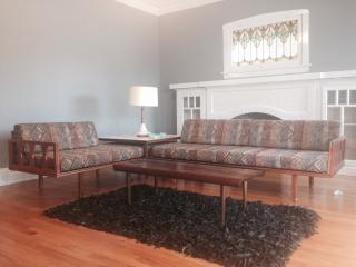 Lincoln Square sleeps 7 with Mid-Century Decor - Chicago vacation rentals