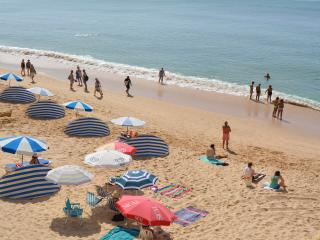 T1  SLEEPS 4 POOL AND BALCONY 3 MINS BEACH JAS 6C - Armação de Pêra vacation rentals