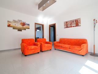 Carlandra in Town: appartamento finemente arredato - Magliano vacation rentals