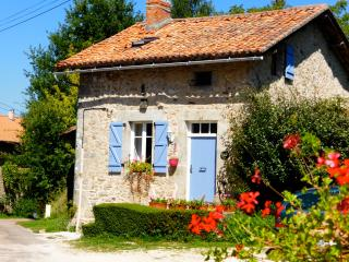 La Noix - gite with heated pool and garden - Champniers-et-Reilhac vacation rentals