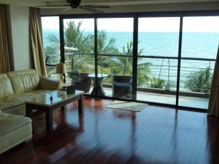 2 bedroom at direct beachfront+car+chauffeur+pool - Jomtien Beach vacation rentals