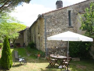 Gîte les Charmes dans le beau village de St Cibard - Saint-Cibard vacation rentals