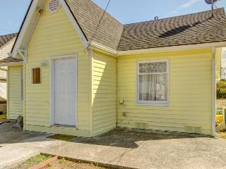 Bright and cozy pet-friendly cottage, close to activities! - Coos Bay vacation rentals