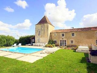 Sunny 6 bedroom Belluire House with Private Outdoor Pool - Belluire vacation rentals