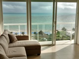 Beautiful 2 bedroom condo on the beach - Cancun vacation rentals