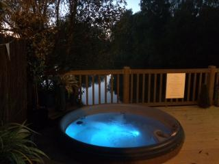 Tally Ho 2 ! Luxury Let; hot tub, fishing and wifi - Tattershall vacation rentals