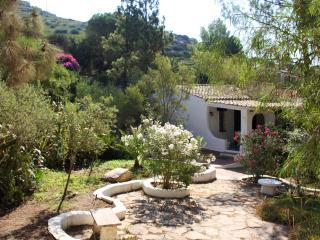 Villa con ampio giardino a 100 metri - Torre delle Stelle vacation rentals