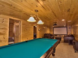 6BR 3BA Log Cabin WiFi Home Theater Pool Table Tub - White Haven vacation rentals