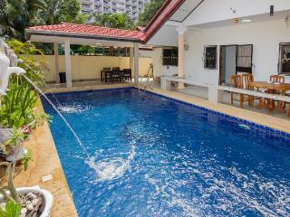 ROYAL VILLA WITH PRIVATE POOL AND JACUZZI - Jomtien Beach vacation rentals