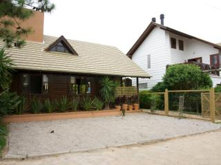 Bright House with A/C and Satellite Or Cable TV in Ibiraquera - Ibiraquera vacation rentals