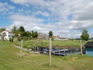 Maison Blanche en plein campagne avec piscine - Saint-Jean-de-Duras vacation rentals