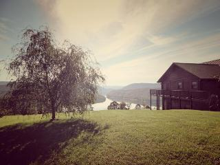 Lakeview Lodge is a roomy and comfortable lakeview cabin rental with covered boat slip, hot tub, Wi-Fi and Game Tables. - New Tazewell vacation rentals