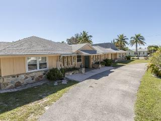 Exceptional Executive 6 Bedroom rental home across from Fort Myers Beach with new granite kitchens and decor - Code: Sun Palace - Fort Myers Beach vacation rentals
