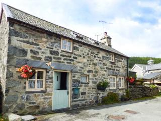 TREFLYS BACH, stone-built, detached cottage, multi-fuel stove, pet-friendly, in Penmachno, Ref 1929 - Penmachno vacation rentals