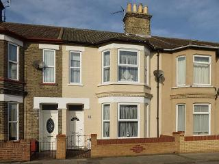 KIMBERLEY, mid-terrace, enclosed garden, WiFi, in Lowestoft, Ref 925708 - Lowestoft vacation rentals
