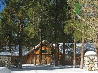 Coopers Creek Cabin is a gorgeous rustic cabin rental near Snow Summit Ski Resort that boasts a pool table and Wi-Fi. - Big Bear Lake vacation rentals