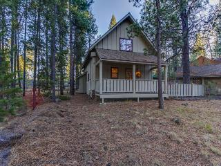 Comfortable cabin w/ private hot tub & access to shared pool w/ SHARC passes! - Sunriver vacation rentals