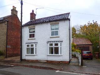 TRUWELL, pet-friendly cottage with courtyard, woodburner, WiFi, in Foulsham, Ref 925929 - Foulsham vacation rentals