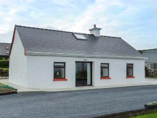 TOWER VIEW COTTAGE, all ground floor, multi-fuel stove, private garden, Kinvara, Ref 930510 - Kinvara vacation rentals