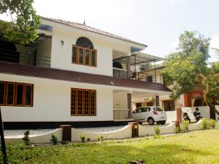 4 bedroom House with Housekeeping Included in Kottayam - Kottayam vacation rentals