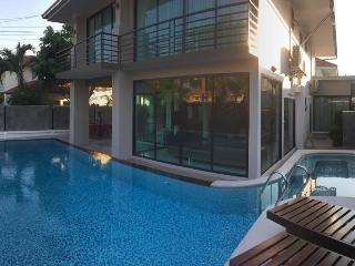 VichyVilla 11: NEW LUXURY 6 BED POOL VILLA PATTAYA - Jomtien Beach vacation rentals