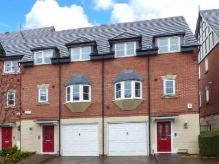 THE WATERFRONT, MARINE APPROACH, luxury townhouse, freestanding bath, pet-friendly, outstanding holiday home, in Northwich, Ref 930983 - Northwich vacation rentals