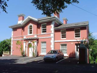 Cumbernauld, Super 2 Bedroom Apartment nr Harbour - Torquay vacation rentals