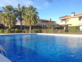 Casalot Park: Townhouse close to the beach + A/C - Miami Platja vacation rentals