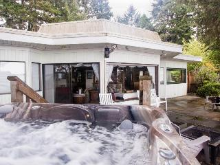 Bayfront with water access, private hot tub, pet-friendly! - Coos Bay vacation rentals