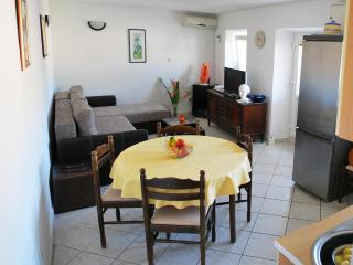 Cozy 3 bedroom Pucisca House with Television - Pucisca vacation rentals