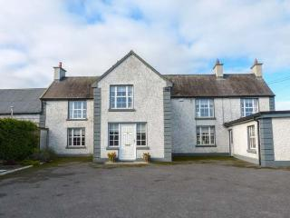 BODAL FARMHOUSE, 300-year-old farmhouse, en-suite, AGA, open fire, parking, garden, Gowran, Ref 929108 - Gowran vacation rentals