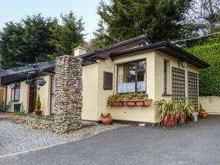 TREETOPS, semi-detached, single-storey, WiFi, off road parking, patio, near Bray, Ref 923024 - Bray vacation rentals