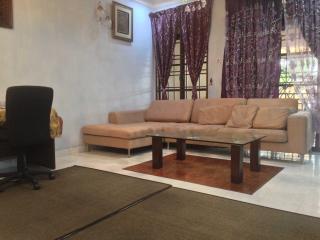 Mutiara Rini Homestay (For Muslim Only) - Skudai vacation rentals