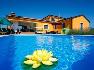 Cozy 3 bedroom Mofardini Villa with Internet Access - Mofardini vacation rentals