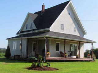 4 Bdrm, 10km West of Summerside, River + Canoes - Summerside vacation rentals