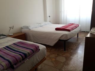 trilocale 2 camere,comodo servizi, 550 mt dal mare - Finale Ligure vacation rentals