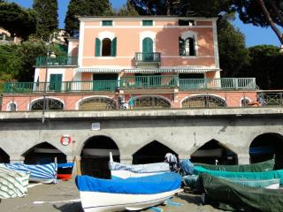 Very pleasant villa right at the beach promenade! - Levanto vacation rentals