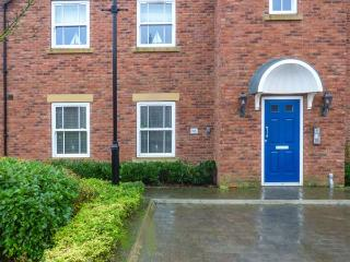 BLUE BAY VIEW, pet-friendly ground floor apartment, swimming pool, close beach, Filey Ref 930172 - Filey vacation rentals