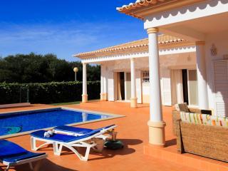 Villa Balaia, magnifica moradia com piscina privada e areas amplas - Olhos de Agua vacation rentals