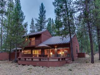 Comfy cabin w/ private hot tub plus SHARC access - dogs ok! - Sunriver vacation rentals